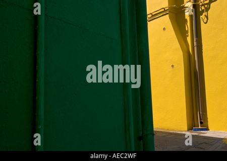 Les couleurs en contraste dans une rue (Venetia-Italy Burano). Scène de rue sur l'île de Burano (Vénétie-Italie). Banque D'Images