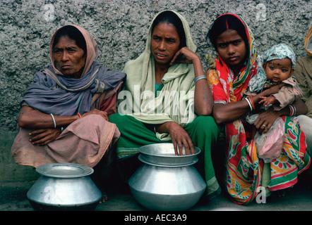Femme d'attente pour la nourriture à Mère Teresas Mission en Inde Calcutta