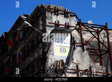 Bloc d'appartement avec échafaudages et anciennes, à Porto. Le Portugal. Banque D'Images