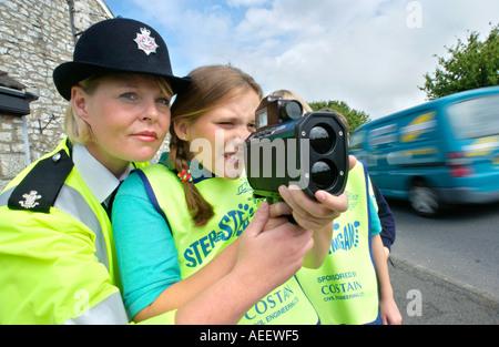 Les élèves de l'école à l'aide d'une caméra mobile sous la supervision d'un agent de police de sexe féminin sur Banque D'Images