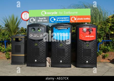 Point de collecte de recyclage sur le front de Eastbourne, East Sussex, Angleterre. Banque D'Images