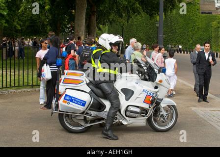 """Vue horizontale de deux policiers moto stationnaire sur leurs vélos appelé comme """"renforts"""" durant une perturbation Banque D'Images"""