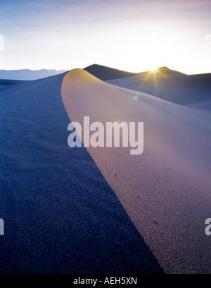 Lever du soleil sur les dunes de sable de Death Valley National Park Californie Banque D'Images