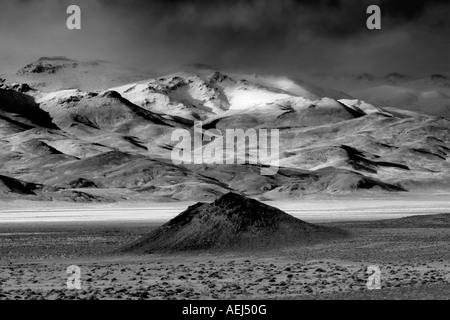 Cône de cendres et de petites montagnes couvertes de neige Black Rock Desert National Conservation Area Nevada Banque D'Images