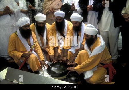 La cérémonie d'amrit, rite d'initiation présenté par Guru Gobind Singh lorsqu'il a fondé la fraternité Khalsa ou Banque D'Images