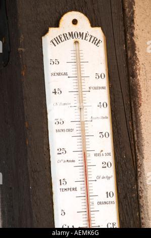 Ancien thermomètre sur le mur. Marqués avec le Sénégal, nouveau Caldonia. Domaine Marc Kreydenweiss, Andlau, Alsace, Banque D'Images