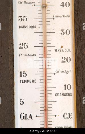 Ancien thermomètre sur le mur. Marqués avec l'eau du bain, vers à soie, d'orangers. Dom Marc Kreydenweiss, Andlau, Banque D'Images