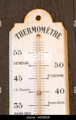 Ancien thermomètre sur le mur. Marqués avec Record de froid à Paris 1871. Dom Marc Kreydenweiss, Andlau, Alsace, Banque D'Images