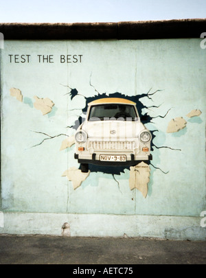 Murale Trabant Mur de Berlin East Side Gallery, galerie d'art, Berlin, Germany, Europe Banque D'Images