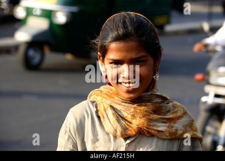 Jeune fille vendre marionnette dans le trafic important, Pune, Inde Banque D'Images