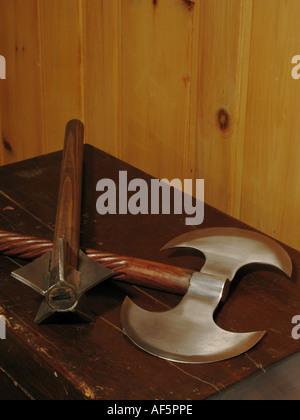 Ax et mace sur coffre en bois Banque D'Images