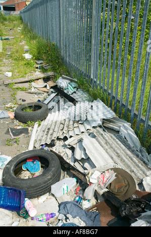 Les décharges sauvages illégaux de déchets , pneus et l'amiante dans Blackburn, lancashire, UK Banque D'Images