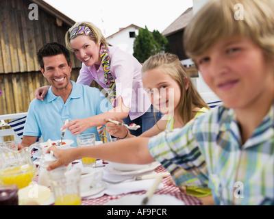 Famille à la table du petit déjeuner Banque D'Images