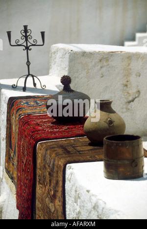 Potery et tapis à vendre dans les rues d'Sanotrini Banque D'Images