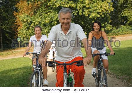 Les adultes à vélo. Banque D'Images