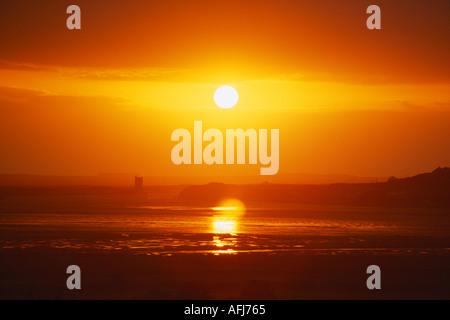 Coucher du soleil sur l'atmosphère une prise d'eau de mer sur la côte ouest pittoresque d'Irlande Banque D'Images