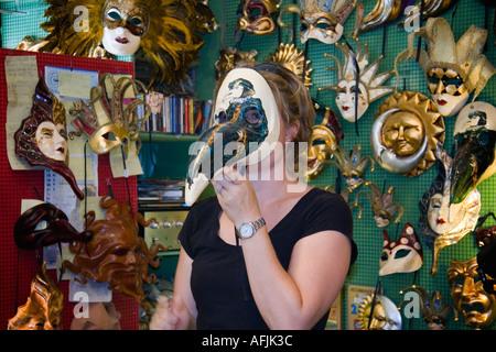 Femme tente sur fait main traditionnel masque de Venise dans mask maker s shop Venise Italie Banque D'Images