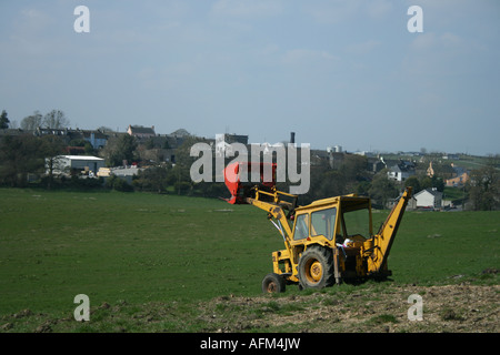 Tracteur avec pelle rouge jaune à Killeshandra, Cavan, Irlande Co. Banque D'Images