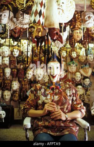 Italia Italie Vénétie Venise Venezia Destination Voyage girl playng avec masque Banque D'Images