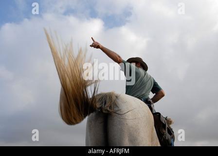 Un éleveur de bétail israélien portant un pistolet monté sur un cheval dans les hauteurs du Golan, dans le nord Banque D'Images