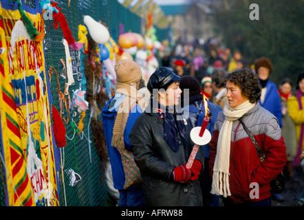 Les manifestants de la paix femmes clôture périphérique, Greenham Common Berkshire en Angleterre. 1982 ou 1983 HOMER Banque D'Images