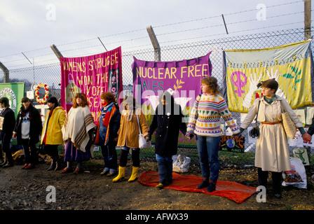 Camp de la paix femmes Greenham Common.Berkshire 'embrasser la Base' Les femmes se tenant la main autour du camp Banque D'Images