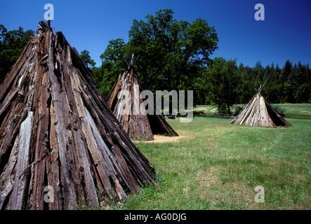 Tepee, tipis, Chaw'se Indien, Chaw'se Indiens, le meulage Rock State Historic Park, Amador County, Californie, États Banque D'Images