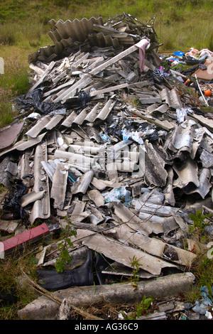 Les décharges sauvages déchets y compris les feuilles d'amiante d'un dumping sur le côté d'une route de campagne Banque D'Images