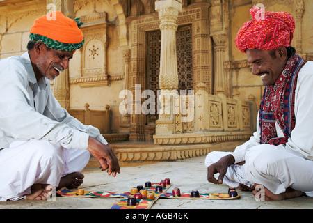 Deux hommes jouant un jeu Chopar hindou traditionnel en face de la Siva Temple à Gadisar Lake Banque D'Images