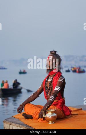 Sadhu ou saint homme effectuant Gange puja de manas Varanasi Inde Banque D'Images