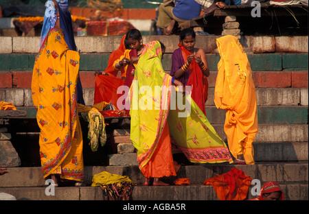 L'Inde, Varanasi, dressing femme sur les mesures de ghat Banque D'Images