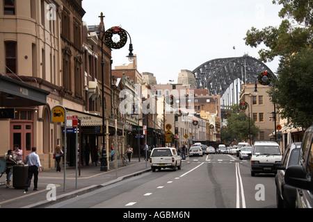 Vieux bâtiments historiques et de trafic sur George St dans les roches de Sydney NSW Australie Nouvelle Galles du Banque D'Images