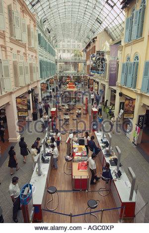 L'intérieur du centre commercial de Bugis Junction Banque D'Images