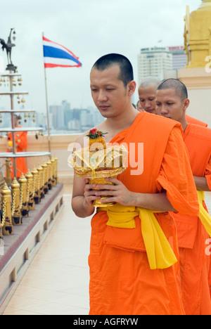 Thailande Des moines bouddhistes priant à Wat Saket Golden mont Phu Khao Thong Banque D'Images