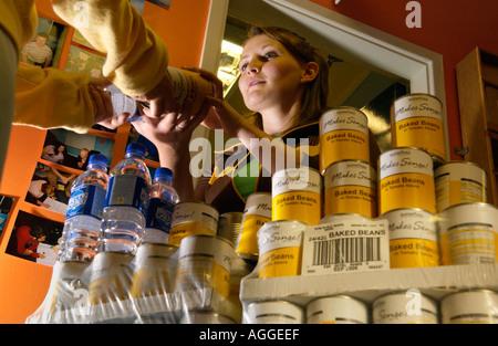 Boîtes de haricots blancs et de l'eau en bouteille sont donnés aux étudiants pauvres à l'Université d'Aberystwyth Banque D'Images
