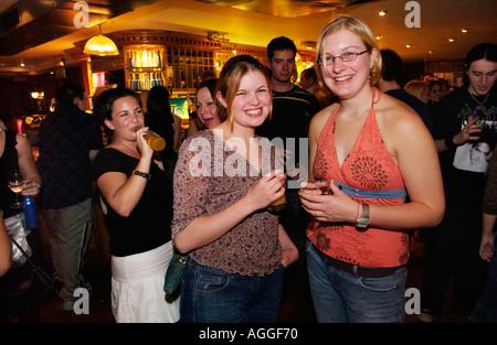 Les étudiants de l'Université d'Aberystwyth de boire à l'équipe universitaire de pub dans la ville Banque D'Images