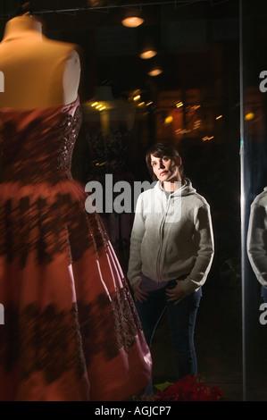 Woman dress in shop window Banque D'Images