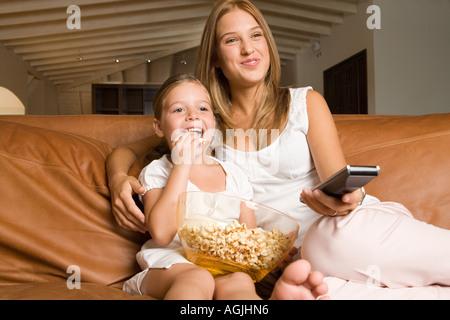 Soeurs de regarder un film Banque D'Images