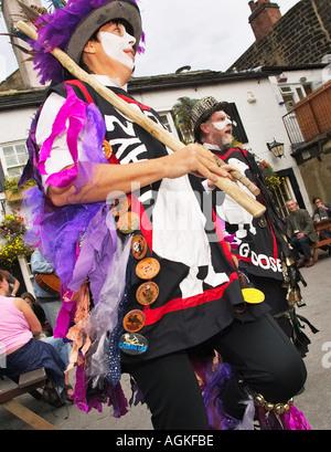 Wayzgoose femme Morris dancer dancing un Folk Festival, Yorkshire, Angleterre, Royaume-Uni Banque D'Images