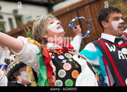Wayzgoose femme Morris dancer dancing une fête folklorique dans le Yorkshire, UK Banque D'Images