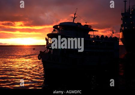 Coucher de soleil sur le Rio Negro port de Manaus Amazonas Brésil Banque D'Images
