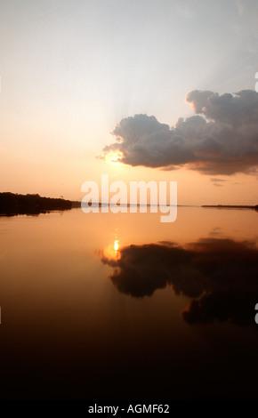 Coucher de soleil sur le Rio Negro supérieur Amazonas Brésil Banque D'Images