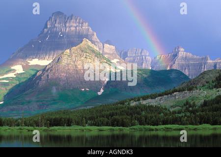 Arc-en-ciel sur Swiftcurrent Lake dans le parc national des Glaciers du Montana Banque D'Images