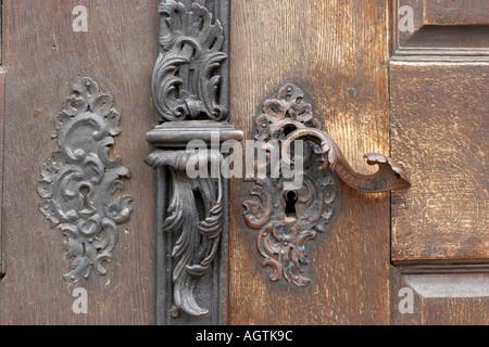 Ancienne poign e de porte en fer battu avec surround de porte en ch ne de l 39 glise norfolk uk for Poignee de porte exterieur fer forge