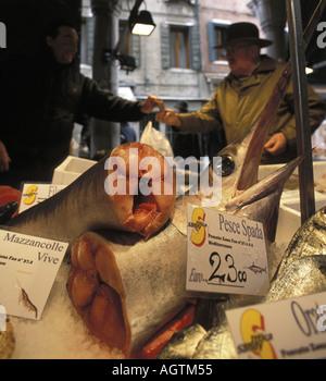Vendeur de fruits de mer au marché aux poissons du Rialto à Venise Italie Banque D'Images