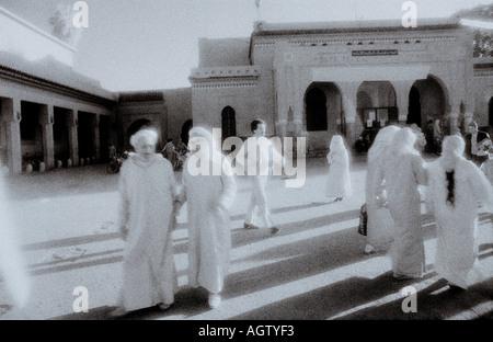 Scène de rue à infra rouge onirique dans le souk de Marrakech Marrakech Medina au Maroc au Maghreb Afrique du Nord Banque D'Images