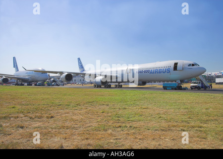 Airbus A340 600 avec un380 garée derrière elle en attente de démonstration de vol Banque D'Images