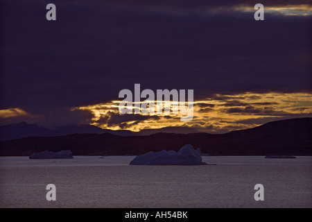 Les icebergs, sur une mer calme très spectaculaire contre sunset & littoral du détroit de Davis, près de la côte Banque D'Images