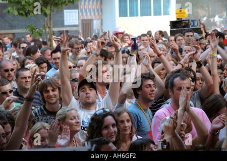 Foule de jeunes dansant et cheering at street concert au cours de Notting Hill carnaval annuel.