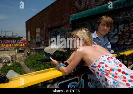 Jeune couple jouant un jeu Amusement Park, Coney Island, New York City, New York, USA Banque D'Images
